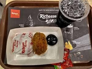 Menjajal Menu Terbaru Richeese: Richeese Black yang Serba Hitam