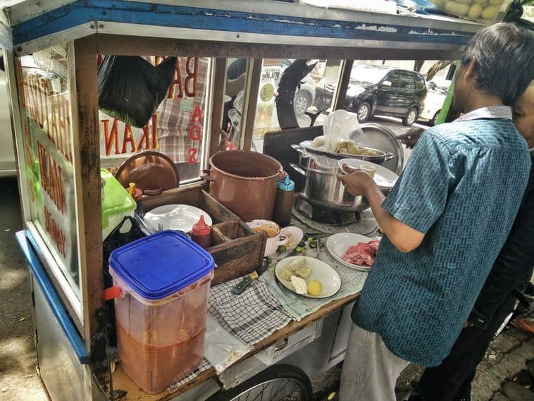 Gerobak Baso Tahu Mang Ade, Hidangan Murah Pas Dikantong Mahasiswa! -  GoTravelly