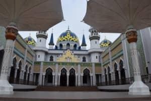 Pesona Masjid Agung Tuban Seperti di Negeri Dongeng
