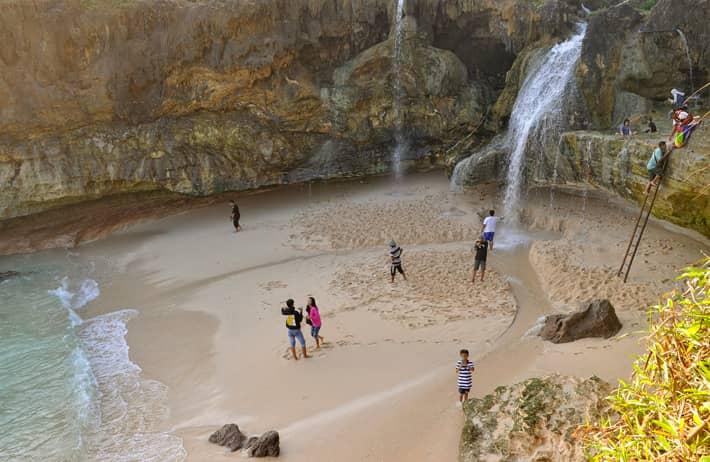 Hasil gambar untuk berenang di pantai banyu tibo