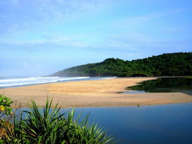 gambar 4 - wisata Pantai Cipanarikan sukabumi