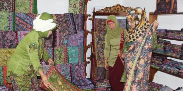 pasar tradisional tempat belanja batik