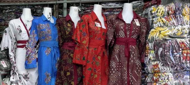 10 Pasar Tradisional Tempat Belanja Batik Buat Oleh Oleh Dengan Harga  Grosir Di Indonesia 86878482e0