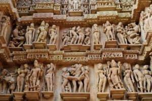 Candi di India Ini Tampilkan Relief Erotis