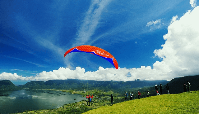 tempat terbaik bermain paralayang di indonesia