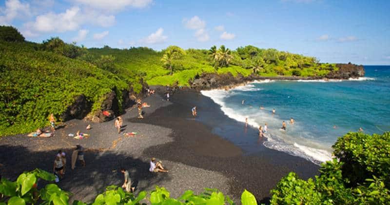 pantai pasir hitam di dunia
