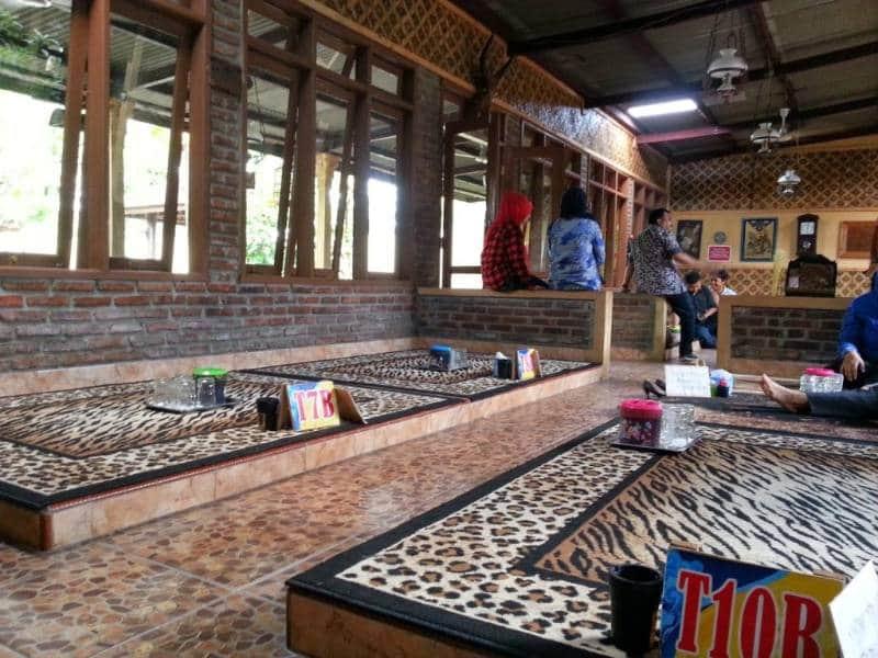tempat makan lesehan enak di surabaya