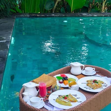 sarapan pagi diatas kolam di bali