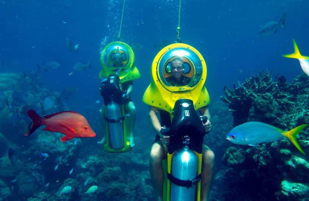 mengendarai skuter bawah air